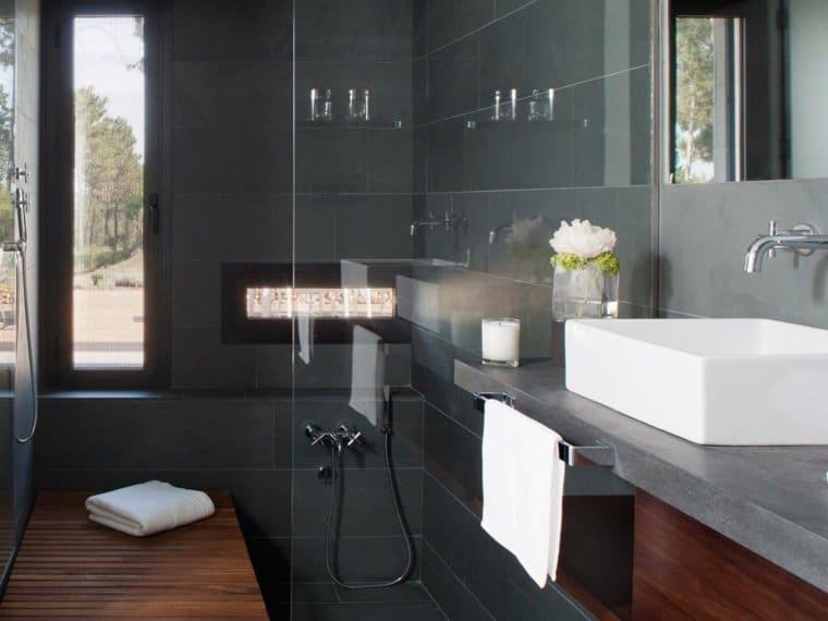Bagni neri giochi di contrasti per una stanza da bagno elegante e