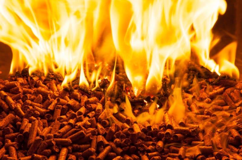 pellet che brucia stufa a pellet