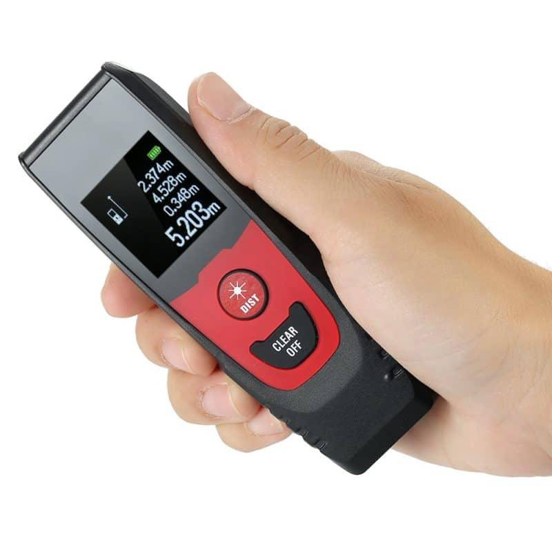misuratore laser in una mano